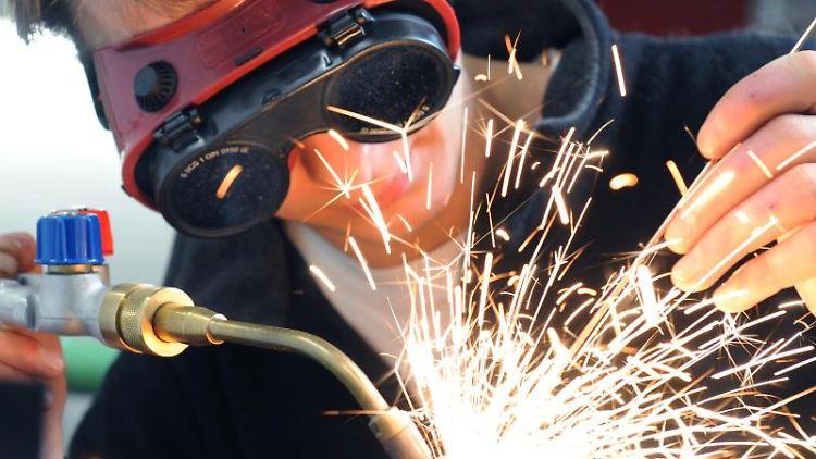 Ein Gas-Wasser-Installateur in der Ausbildung. Foto: Waltraud Grubitzsch/dpa-Zentralbild/ZB/Archivbild