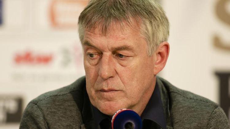 Der Flensburger Geschäftsführer, Dierk Schmäschke, sitzt vor einem Mikrofon. Foto: Frank Molter/dpa