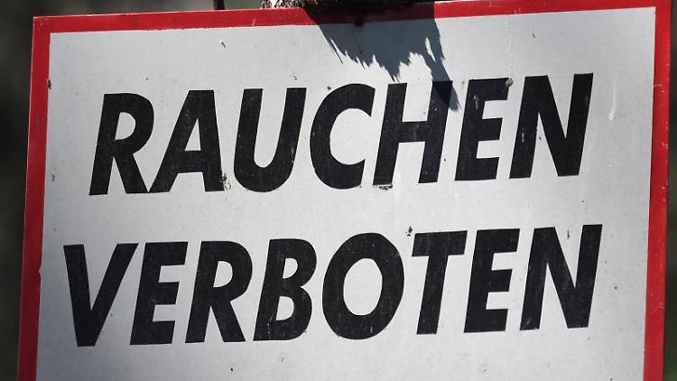 """Ein Schild """"Rauchen verboten"""" hängt im Wald an einer Kiefer. Foto: Soeren Stache/dpa-Zentralbild/ZB/Symbolbild"""