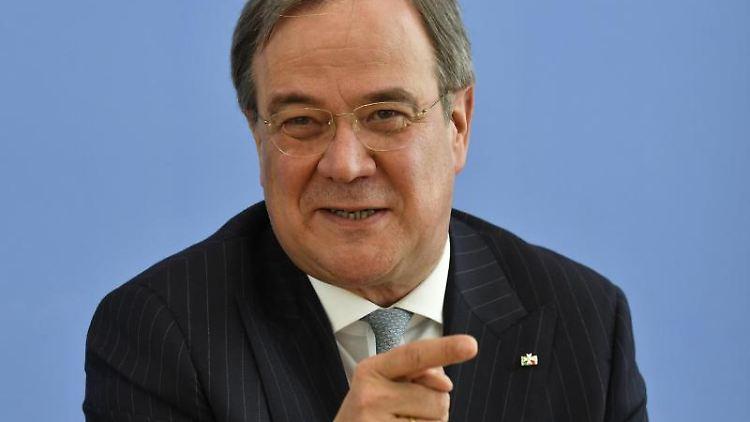 Armin Laschet (CDU), Ministerpräsident von Nordrhein-Westfalen, spricht auf einer Pressekonferenz. Foto: John Macdougall/POOL/dpa