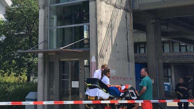 Rettunskräfte und Polizisten stehen auf dem Gelände der Bremer Universität zusammen. Foto: Christina Kuhaupt/dpa