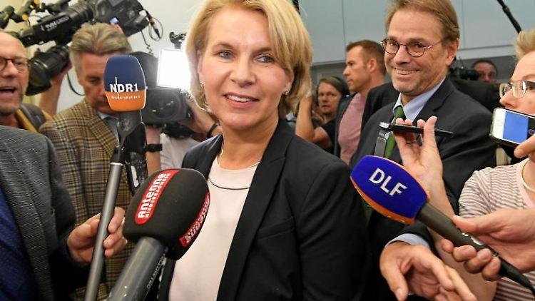 Elke Twesten bahnt sich ihren Weg im Landtag an Medienvertretern vorbei. Foto: picture alliance / Holger Hollemann/dpa