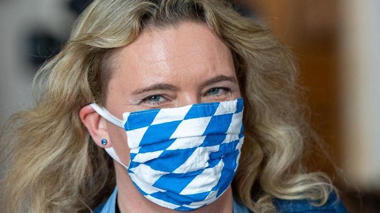 Kerstin Schreyer (CSU) geht mit Mundschutzmaske über den Gang. Foto: Peter Kneffel/dpa