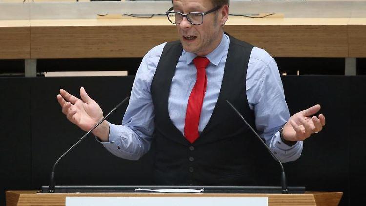 Carsten Schatz (Linke), spricht während der Plenarsitzung im Abgeordnetenhaus. Foto: Wolfgang Kumm/dpa