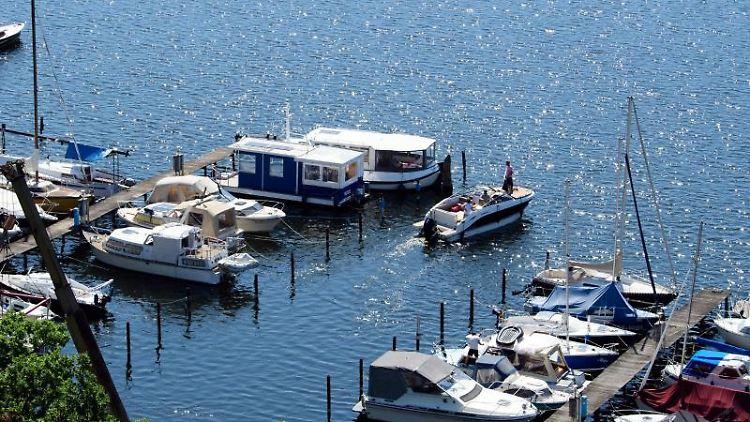 Ein Motorboot fährt auf dem Krampnitzsee aus dem Yachthafen. Foto: Soeren Stache/dpa-Zentralbild/dpa