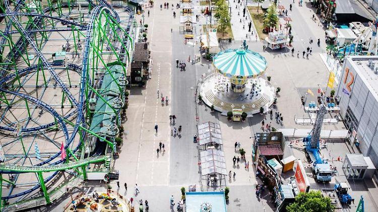 Besucher gehen über den Pop-Up-Freizeitpark