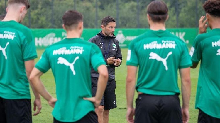 Der Trainer Stefan Leitl (M) gibt Trainingsanweisungen an seine Spieler. Foto: Daniel Karmann/dpa