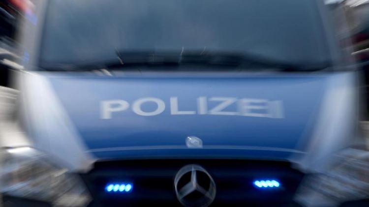 Ein Polizeiwagen mit eingeschaltetem Blaulicht. Foto: Carsten Rehder/dpa/Symbolbild