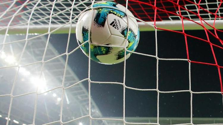 Ein Ball fliegt ins Tornetz. Foto: Jan Woitas/dpa-Zentralbild/dpa/Symbolbild