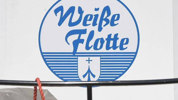 Das Logo der Reederei Weiße Flotte hängt an einem Schiff. Foto: Stefan Sauer/dpa-Zentralbild/ZB/Archiv