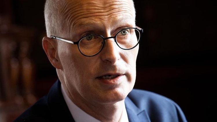 Peter Tschentscher (SPD) spricht in einem dpa-Interview im Bürgermeister-Amtszimmer im Rathaus. Foto: Christian Charisius/dpa