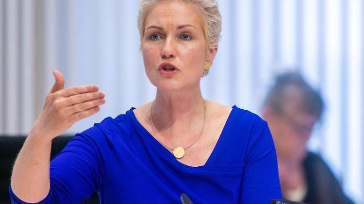 Manuela Schwesig (SPD), Ministerpräsidentin von Mecklenburg-Vorpommern, spricht im Landtag. Foto: Jens Büttner/dpa-Zentralbild/dpa/Archivbild