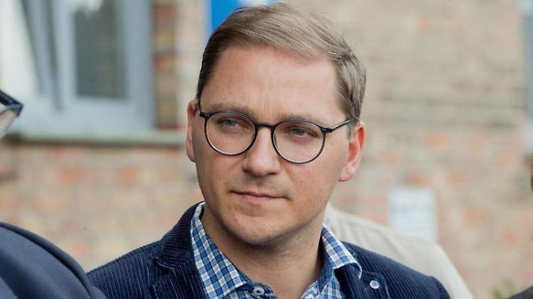Patrick Dahlemann, Parlamentarischer Staatssekretär für Vorpommern, schaut in die Runde. Foto: Stefan Sauer/dpa-Zentralbild/ZB