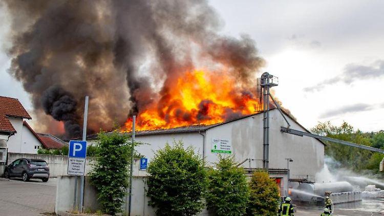 Feuerwehrleute löschen den Brand in dem Zentrallager von Raiffeisen in Hünfeld. Foto: Henrik Schmitt/OsthessenNews/dpa/Archivbild