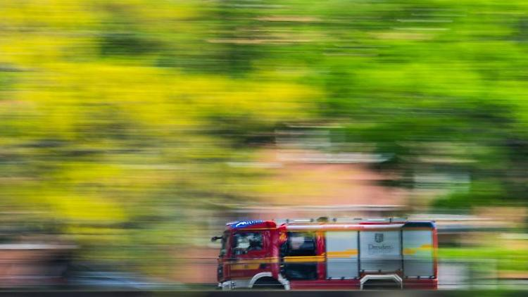 Ein Löschfahrzeug der Feuerwehr fährt zu einem Einsatz. Foto: Robert Michael/dpa-Zentralbild/dpa/Archiv/Symbolbild