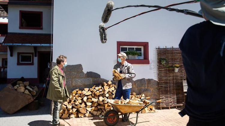 Schauspieler und Filmcrew arbeiten am Filmset der Fernsehserie
