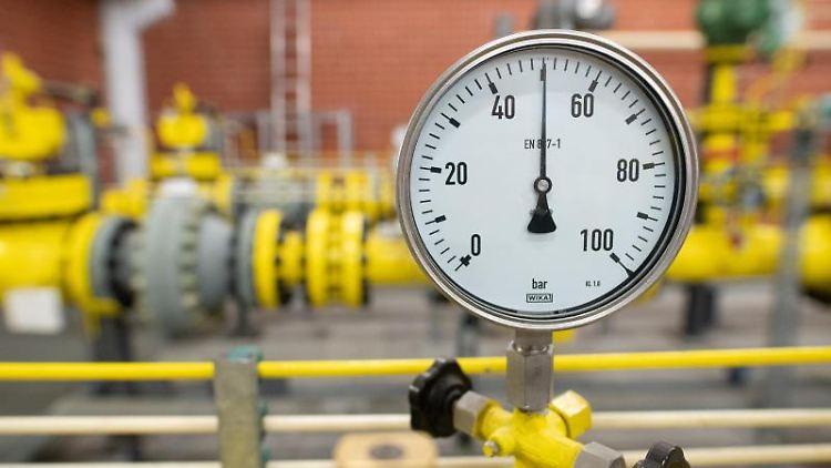 Ein Druckmessgerät (Manometer) zeigt in der Gasübernahmestation Reitbrook einen Druck von 50 Bar an. Foto: Daniel Reinhardt/dpa/Archivbild