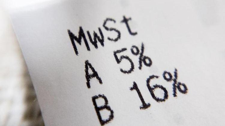 Die gesenkten Mehrwertsteuersätze von 16 bzw. 5 Prozent werden auf dem Einkaufsbeleg ausgewiesen. Foto: Christoph Soeder/dpa/Illustration