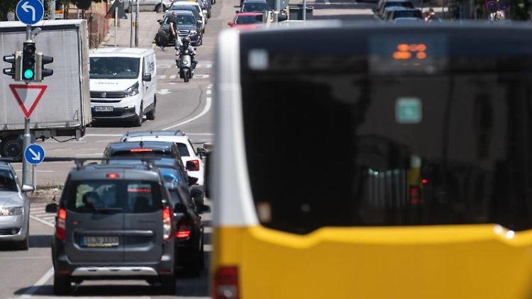 Ein Bus fährt in der Stuttgarter Innenstadt. Foto: Marijan Murat/dpa/Symbolbild