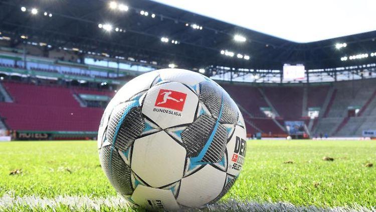Ein Ball liegt auf dem Rasen in der WWK-Arena. Foto: Tobias Hase/dpa - Pool/dpa/Symbolbild