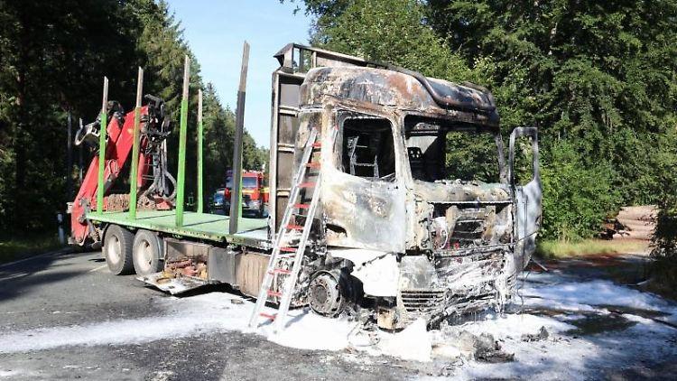 Ein ausgebrannter Lastwagen liegt auf einer Landstraße. Foto: F. Peikow/thüringen112.de /dpa