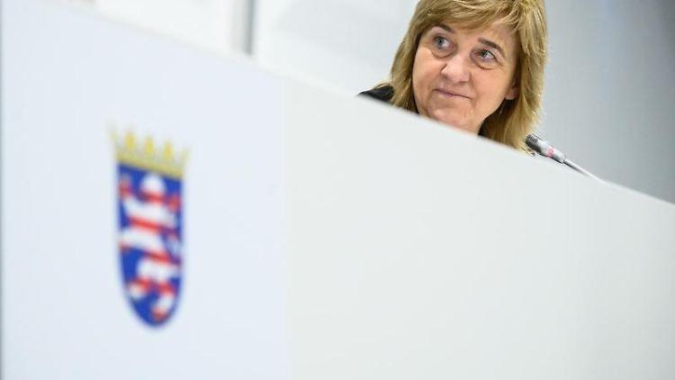 Eva Kühne-Hörmann (CDU), Justizministerin von Hessen, sitzt im Gerichtssaal. Foto: Andreas Arnold/dpa/Archivbild