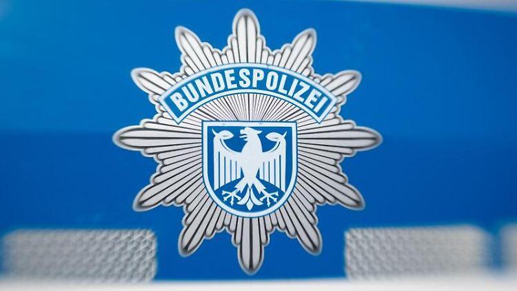 Ein Wappen der Bundespolizei klebt an einem Dienstwagen. Foto: Friso Gentsch/dpa/Archiv