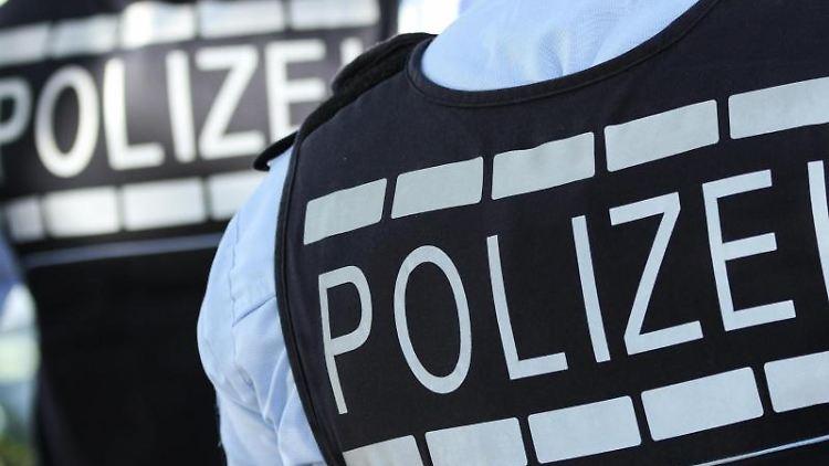 In Westen gekleidete Polizisten. Foto: Silas Stein/dpa/Illustration