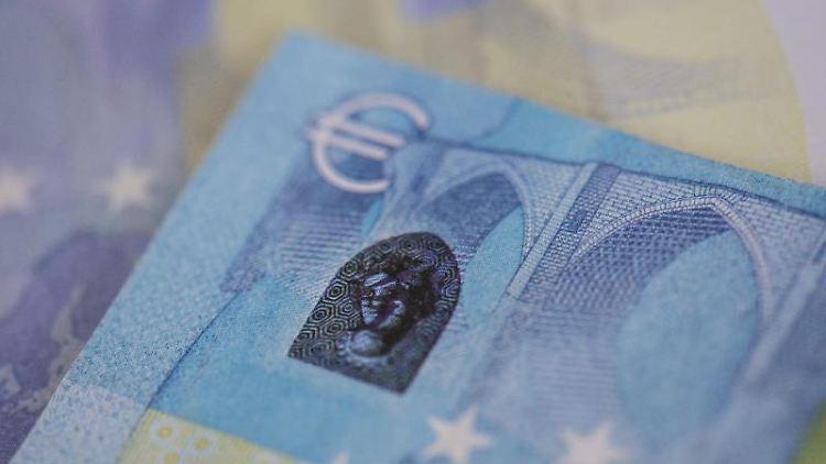 Sichergestellte, gefälschte Euro-Banknoten werden bei der Bundesbank präsentiert. Foto: Boris Roessler/dpa