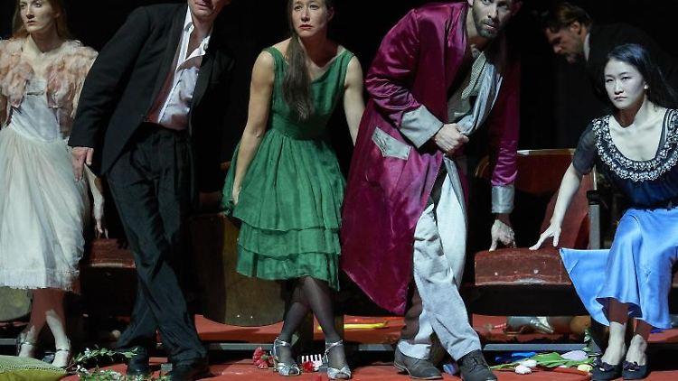 Blick auf Tanzszene im Tanztheater Wuppertal - Pina Bausch. Foto: Uwe Stratmann/Tanztheater Wuppertal/dpa