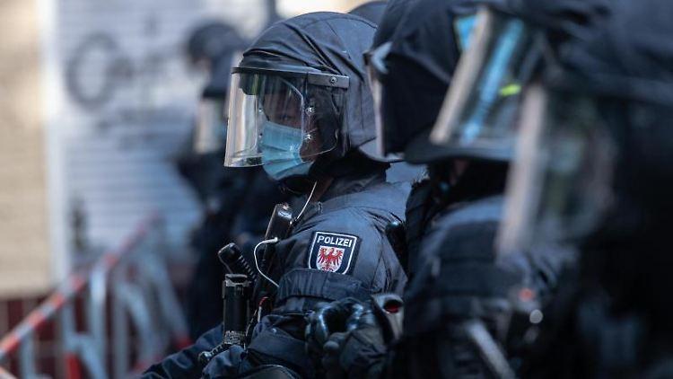 Polizeibeamte blockieren die Weisestraße in der Nähe der Kiezkneipe