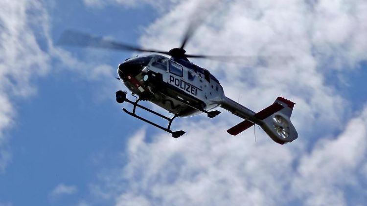 Ein Polizeihubschrauber fliegt am Himmel. Foto: Jan Woitas/dpa-Zentralbild/dpa/Archiv/Symbolbild