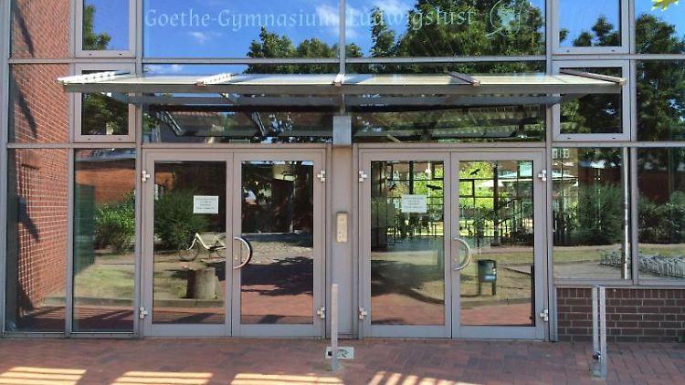 Der Eingang des Goethe-Gymnasiums in Ludwigslust. Foto: Iris Leithold/dpa