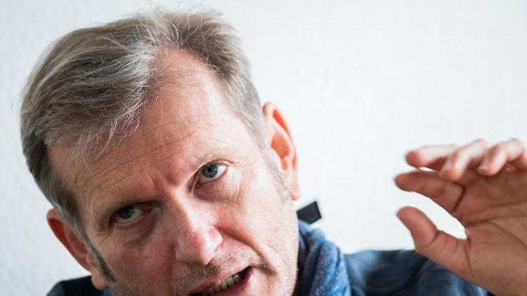 Der Mainzer Sozialmediziner Gerhard Trabert spricht bei einem Interview. Foto: Andreas Arnold/dpa/Archivbild