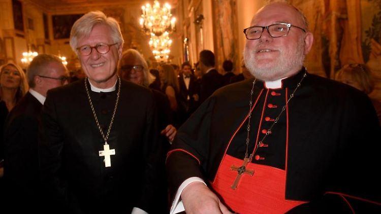 Heinrich Bedford-Strohm (l) und Reinhard Kardinal Marx stehen im Kaisersaal. Foto: Felix Hörhager/dpa/Archivbild