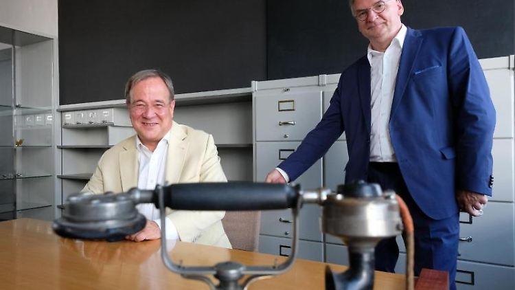 Armin Laschet und Reiner Haseloff (l-r) zu Besuch im Bauhaus Dessau. Foto: Sebastian Willnow/dpa-Zentralbild/dpa