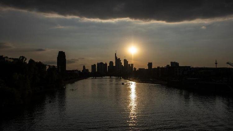 Die Sonne geht über der Skyline von Frankfurt unter. Foto: Boris Roessler/dpa/Archivbild
