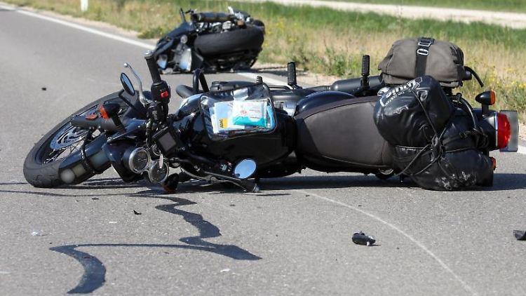 Die beiden demolierten Motorräder auf der Bundesstraße 313/32 zwischen Sigmaringen und Jungnau. Foto: Thomas Warnack/dpa