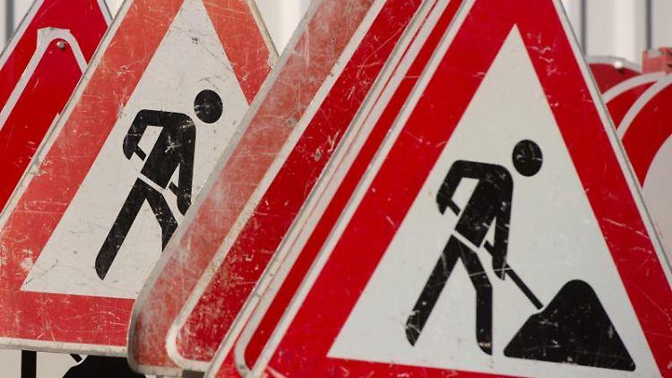 Verkehrsschilder für eine Baustelle. Foto: Sebastian Kahnert/dpa/Symbolbild