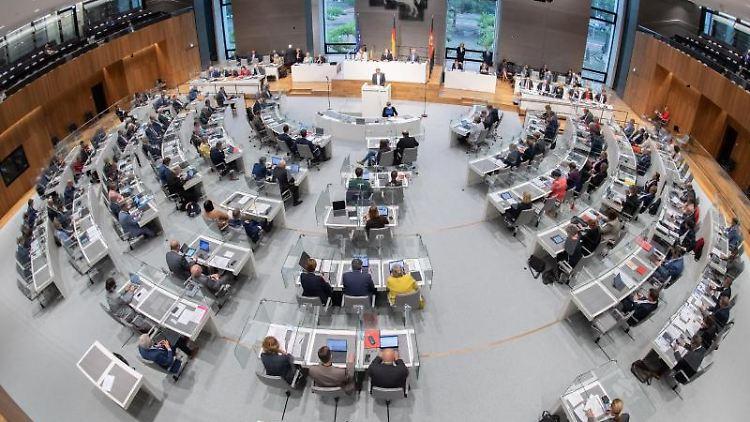 Blick in das Plenum im niedersächsischen Landtag. Foto: Julian Stratenschulte/dpa/Archivbild