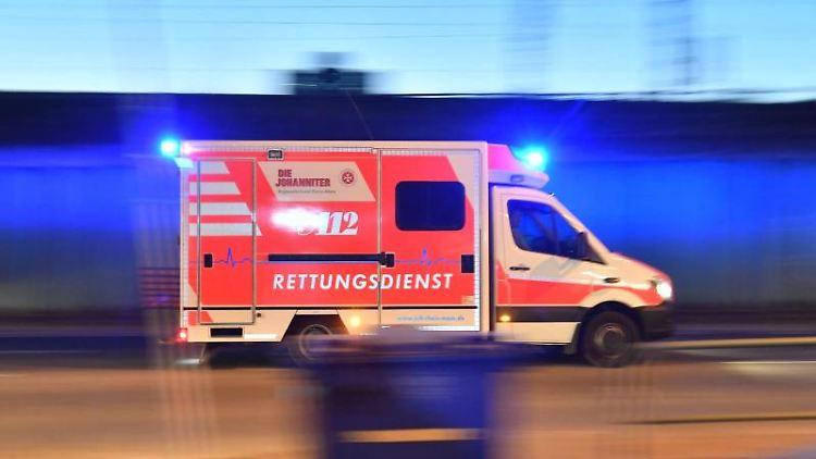 Ein Rettungswagen ist mit eingeschaltetem Blaulicht im Einsatz. Foto: Boris Roessler/dpa/Illustration