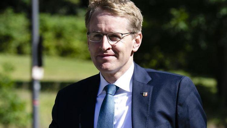 Daniel Günther (l, CDU), Ministerpräsident von Schleswig-Holstein. Foto: Frank Molter/dpa/Archivbild