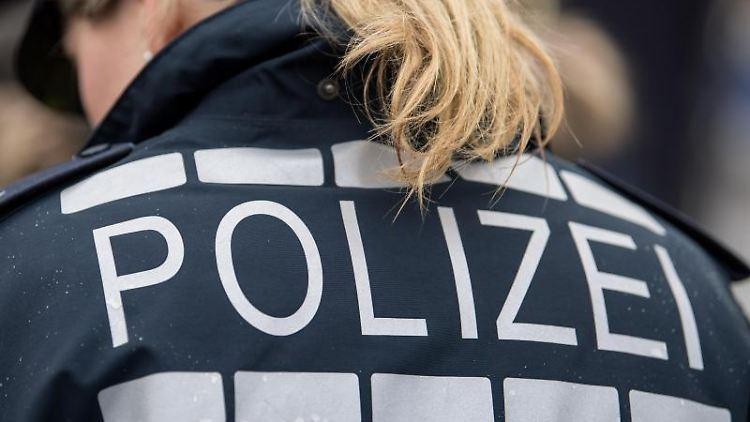 Der Pferdeschwanz einer Polizisten fällt auf ihre Jacke. Foto: Sebastian Gollnow/dpa/Symbolbild