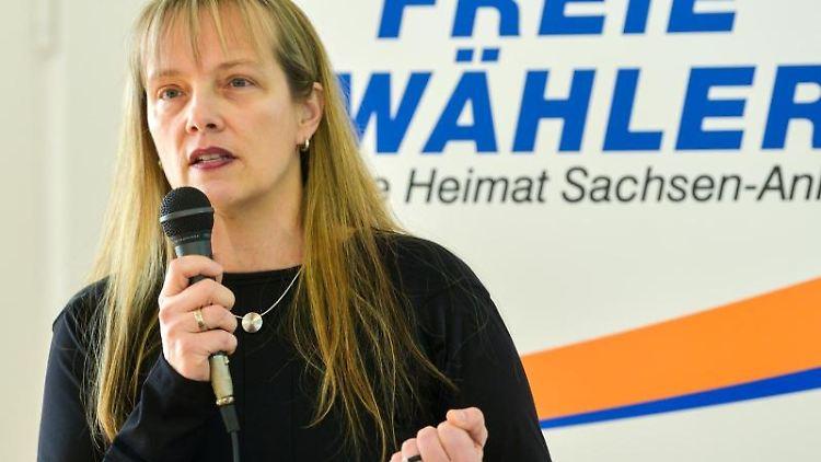 Andrea Menke (Freie Wähler) spricht bei einer Veranstaltung. Foto: Heiko Rebsch/dpa-Zentralbild/dpa/Archivbild