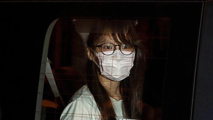 Die Pro-Demokratie-Aktivistin Agnes Chow in einem Polizeiwagen. Auch sie wurde am Montag in Gewahrsam genommen.