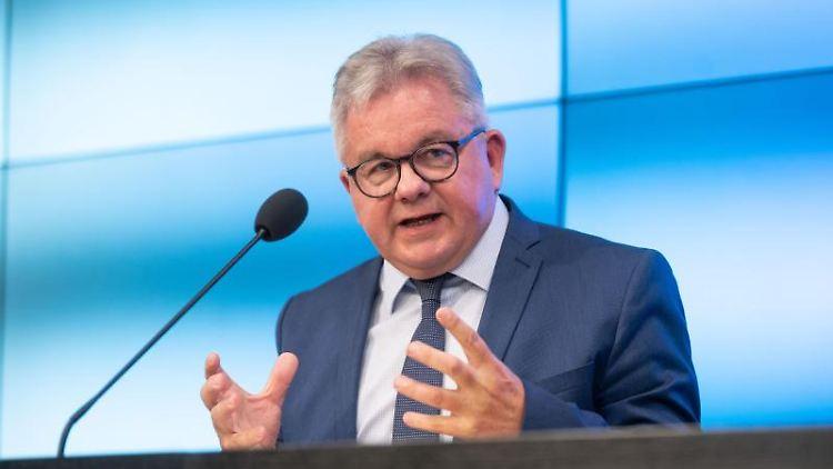 Guido Wolf, Tourismusminister von Baden-Württemberg,spricht bei einer Pressekonferenz. Foto: Marijan Murat/dpa/Archivbild