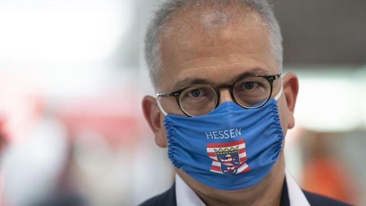 Tarek Al-Wazir (Grüne), Wirtschaftsminister von Hessen, trägt eine Mundschutzmaske. Foto: Boris Roessler/dpa/Archivbild