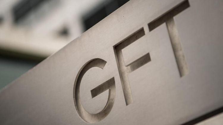 Das Logo des IT-Dienstleisters GFT steht vor einem Gebäude des Unternehmens in Stuttgart. Foto: Sebastian Gollnow/dpa/Archivbild