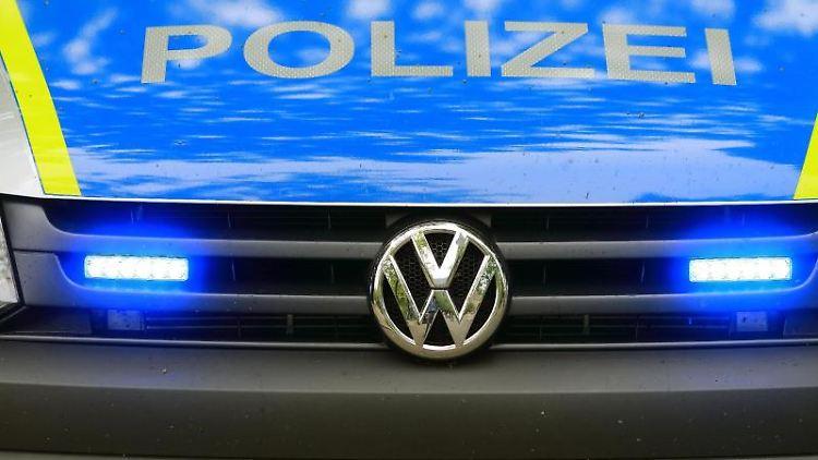 Ein Fahrzeug der Polizei ist im Einsatz. Foto: Jens Wolf/zb/dpa/Archiv