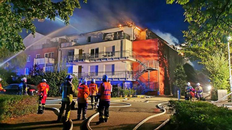 Feuerwehrleute löschen einen Brand in einer Seniorenwohnanlage. 28 Bewohner wurden am frühen Donnerstagmorgen aus dem Gebäude gerettet, wie die Feuerwehr mitteilte. Eine Person sei verletzt ins Krankenhaus gebracht worden. Foto: Geoffrey May/dpa